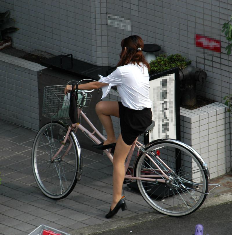 リクスー新人OLが自転車で三角パンチラ寸前盗撮画像4枚目