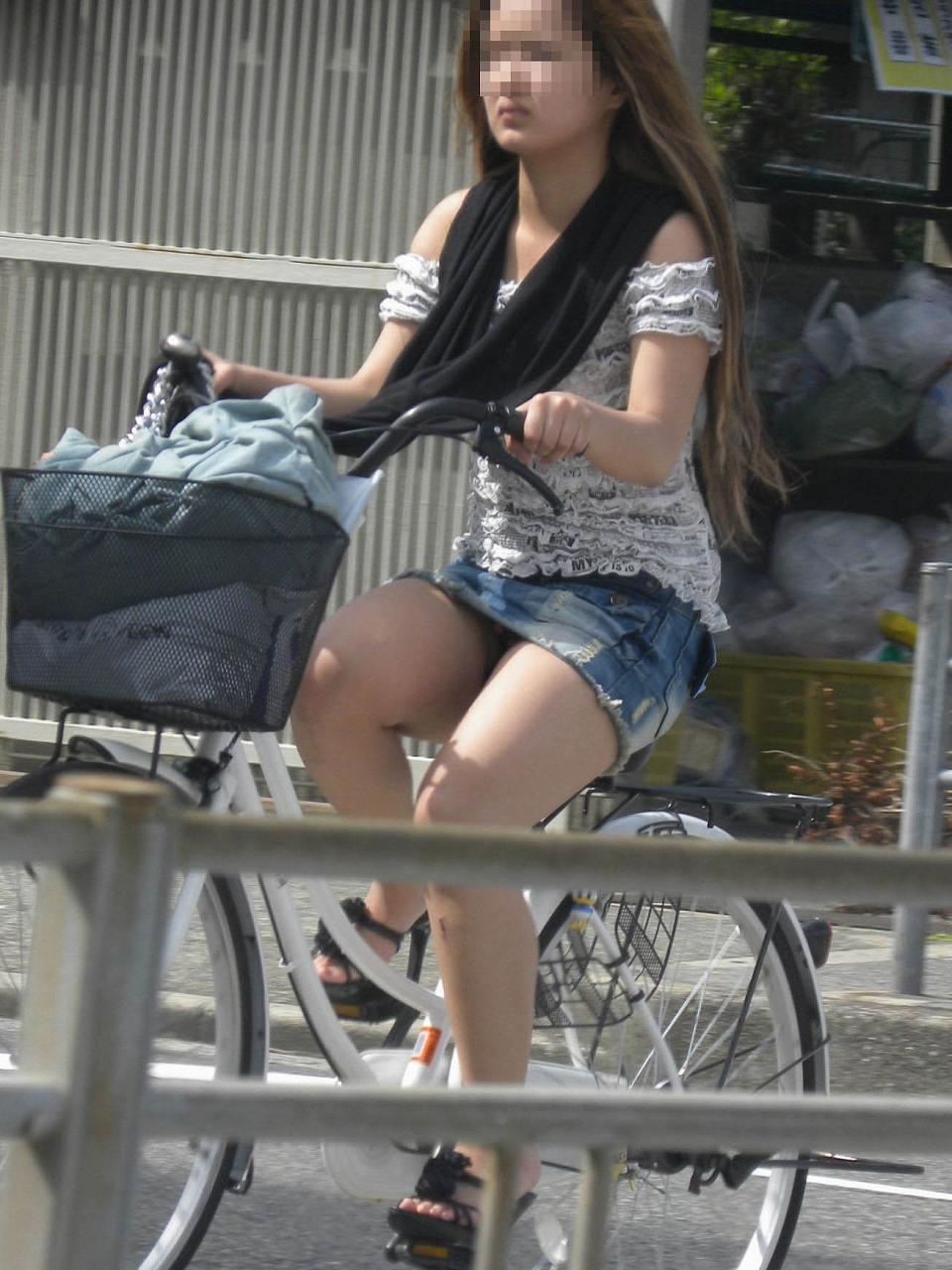 新人OLがリクスーで自転車三角パンチラ寸前盗撮エロ画像5枚目
