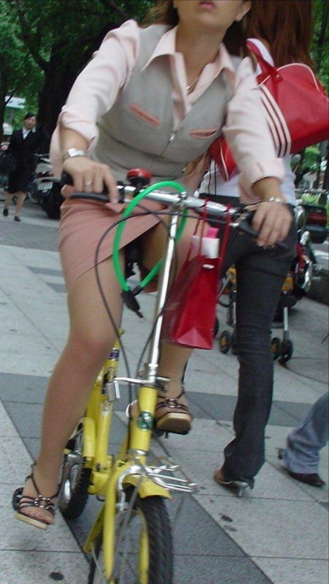新人OLがリクスーで自転車三角パンチラ寸前盗撮エロ画像7枚目