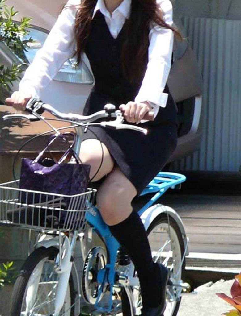 新人OLがリクスーで自転車三角パンチラ寸前盗撮エロ画像11枚目