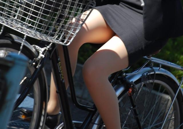 リクスー新人OLが自転車で三角パンチラ寸前盗撮画像15枚目