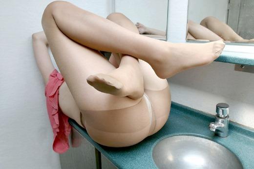 OLのパンストつま先の尖った足コキ搾精希望なエロ画像1枚目