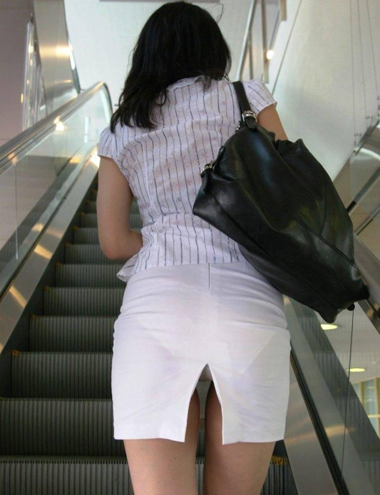 スリット入りのタイトスカートを盗撮したOL画像3枚目