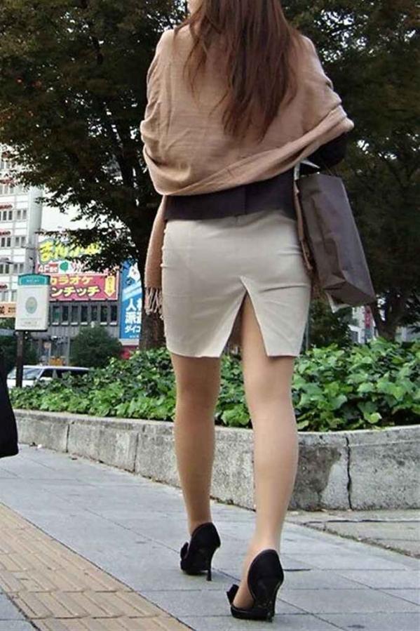 スリット入りのタイトスカートを盗撮したOL画像4枚目