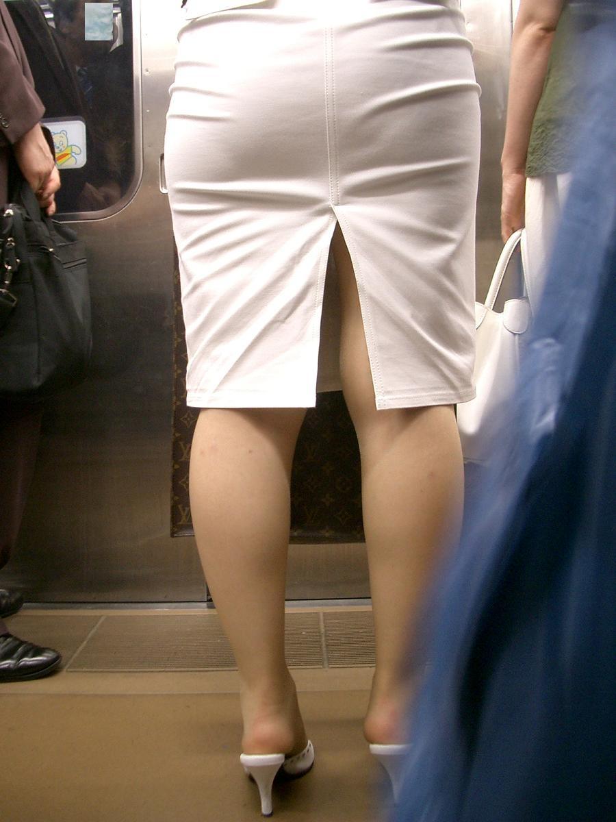 スリット入りのタイトスカートを盗撮したOL画像6枚目