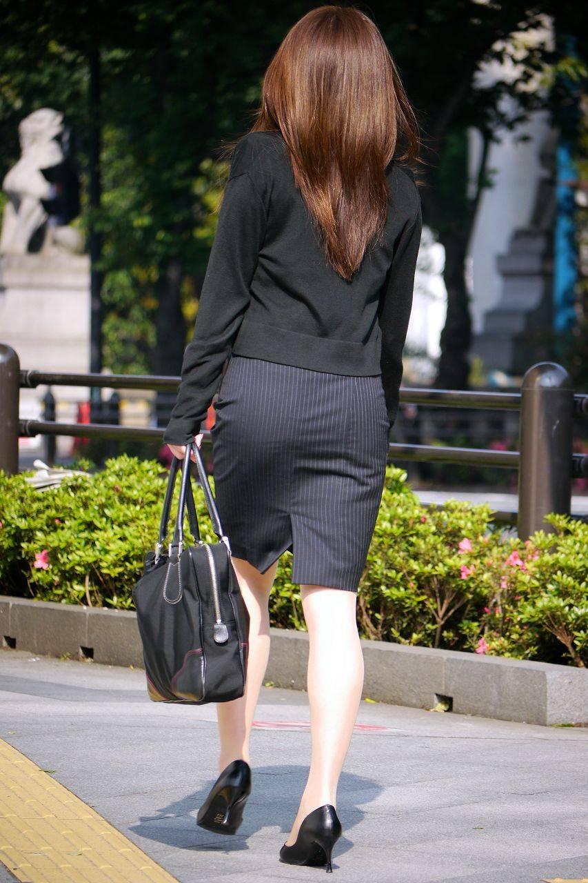 スリット入りのタイトスカートを盗撮したOL画像8枚目