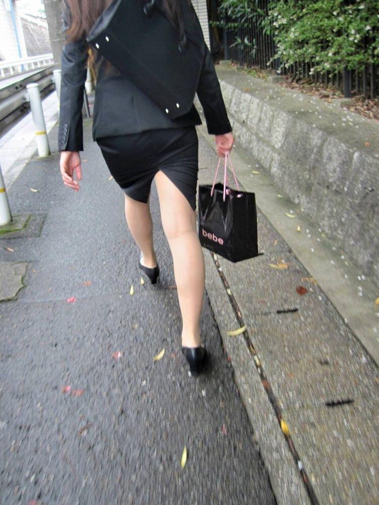 スリット入りのタイトスカートを盗撮したOL画像11枚目