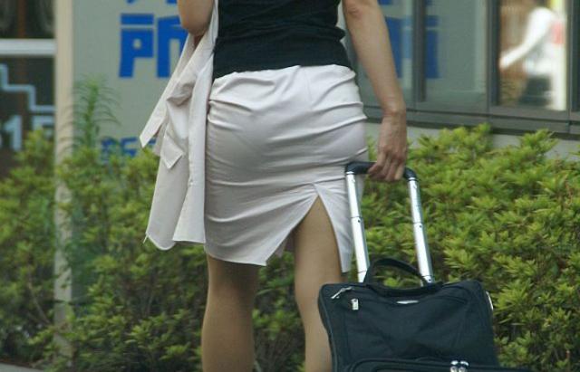 スリット入りのタイトスカートを盗撮したOL画像14枚目