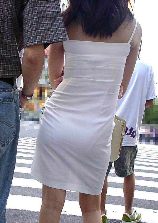 パンティラインが透けてるOLの街撮り巨尻盗撮画像6枚目