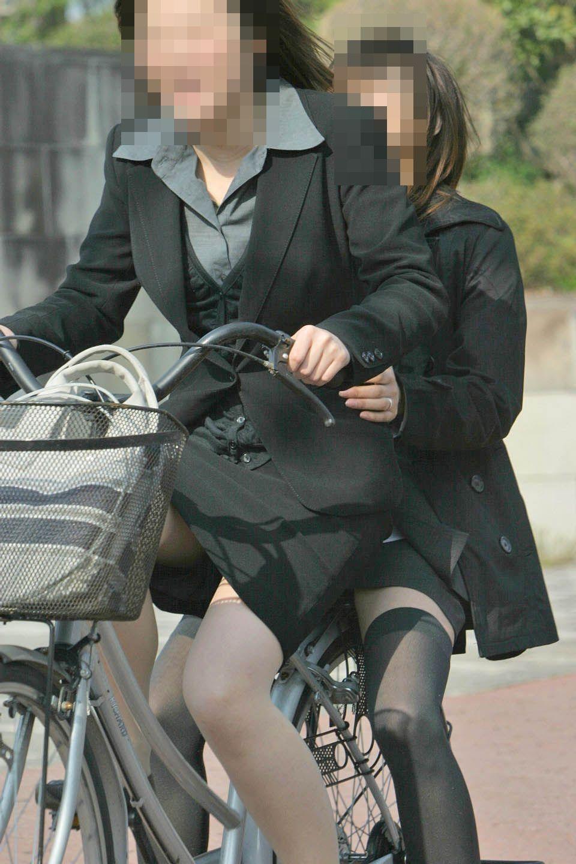 自転車三角のOLムチムチ太ももリクスー盗撮エロ画像2枚目