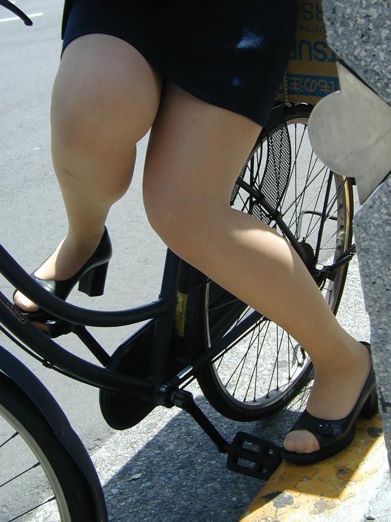 自転車三角のOLムチムチ太ももリクスー盗撮エロ画像10枚目
