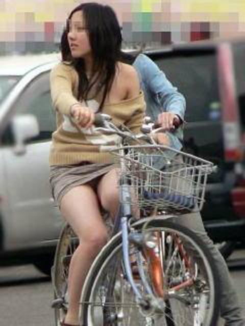 自転車三角のOLムチムチ太ももリクスー盗撮エロ画像14枚目