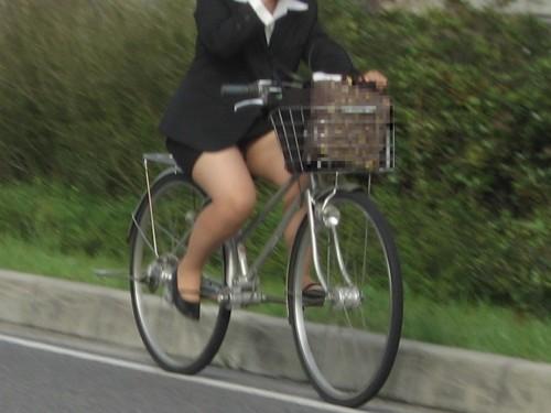 自転車三角のOLムチムチ太ももリクスー盗撮エロ画像16枚目