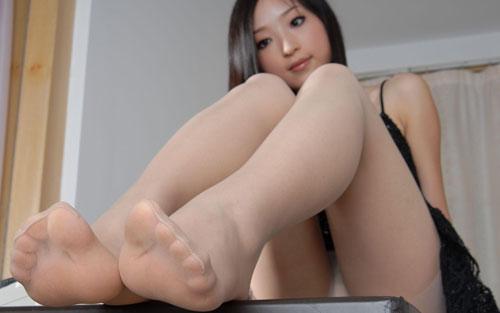 OLの蒸れた足裏でベッドに横たわるパンストエロ画像12枚目