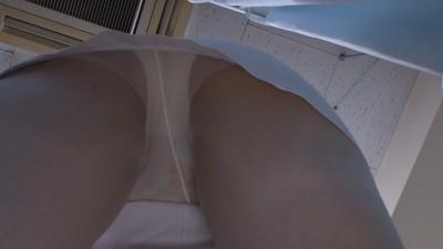白衣ナースの貧乳透け逆さ撮り下着盗撮エロ画像9枚目