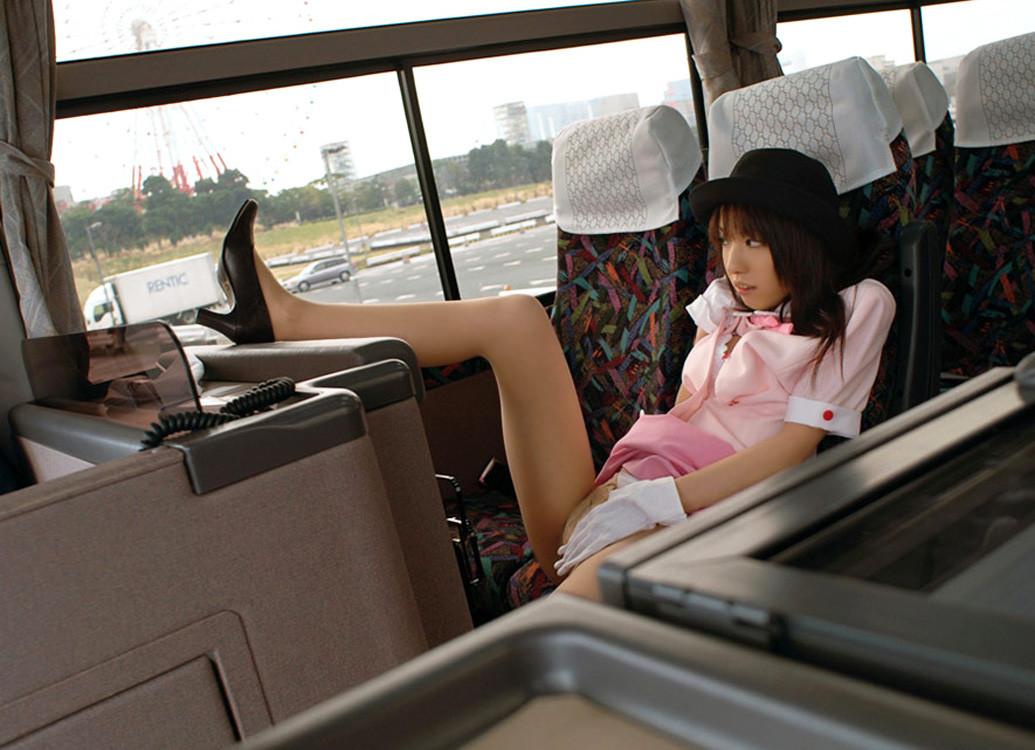 車内で騎乗位着衣SEXする素人バスガイドエロ画像13枚目