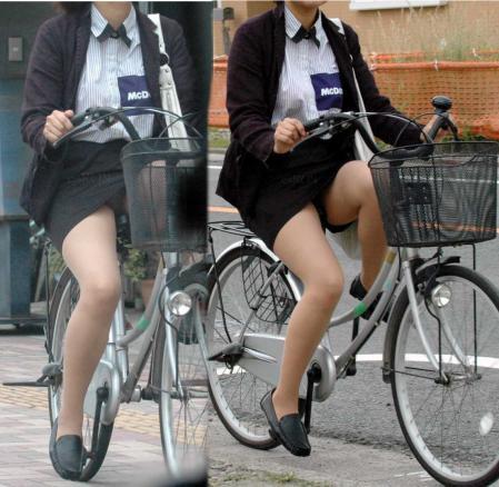 OLが自転車を降りようとした三角ゾーン盗撮エロ画像2枚目
