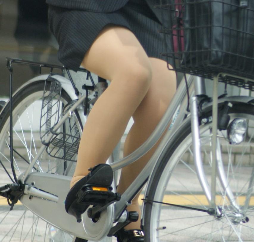 OLが自転車を降りようとした三角ゾーン盗撮エロ画像16枚目