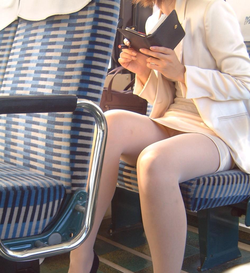 OLのタイトミニがバス内で盗撮された三角エロ画像1枚目