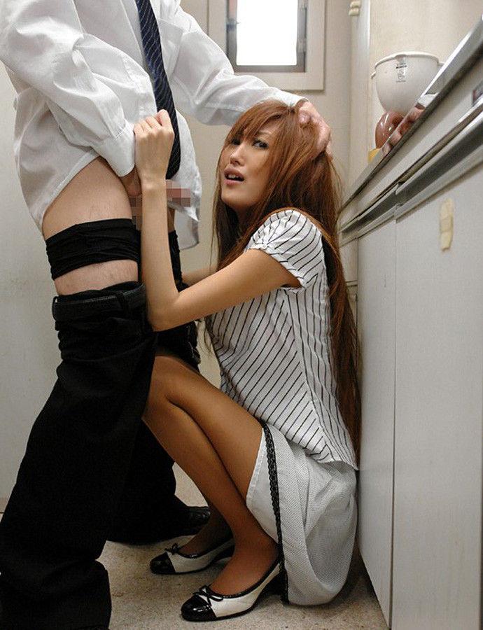 着衣SEXをするOLの会社内給湯室流出エロ画像2枚目