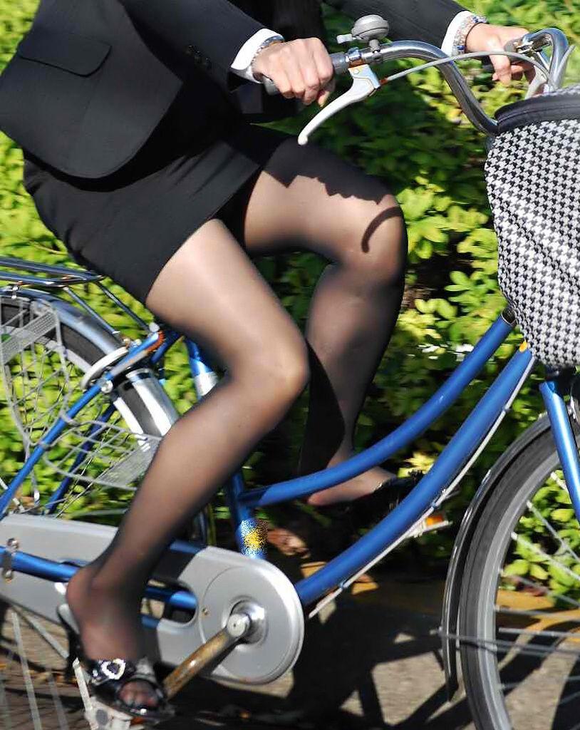 リクスーOLの自転車通勤中のパンモロ盗撮エロ画像2枚目