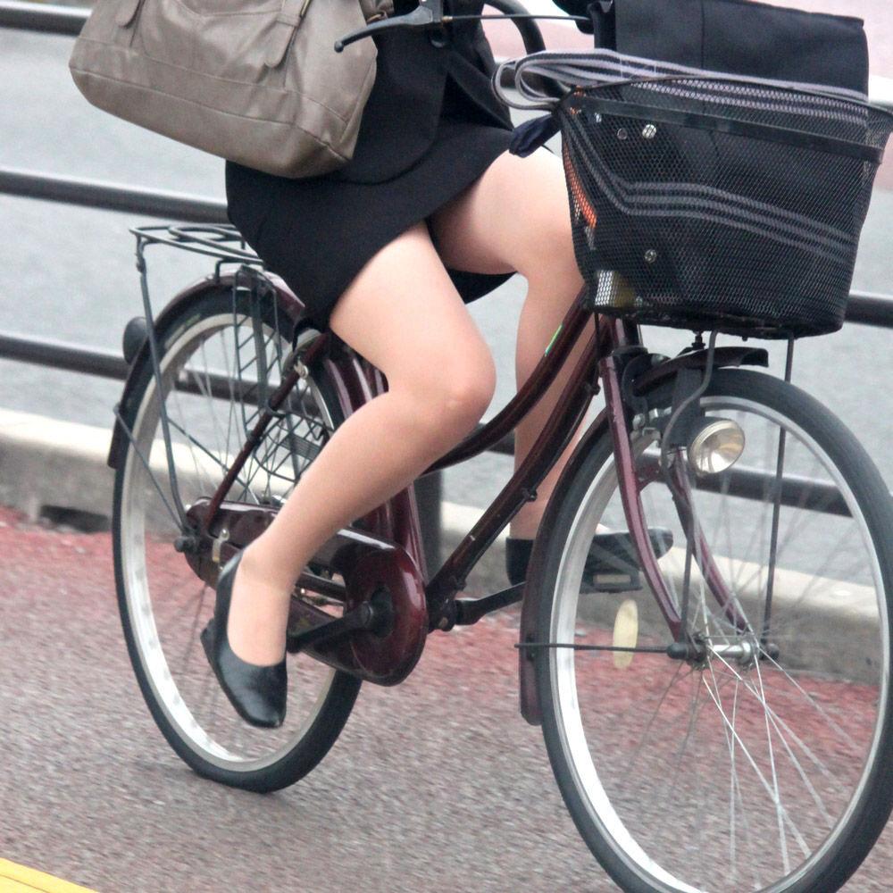 リクスーOLの自転車通勤中のパンモロ盗撮エロ画像8枚目