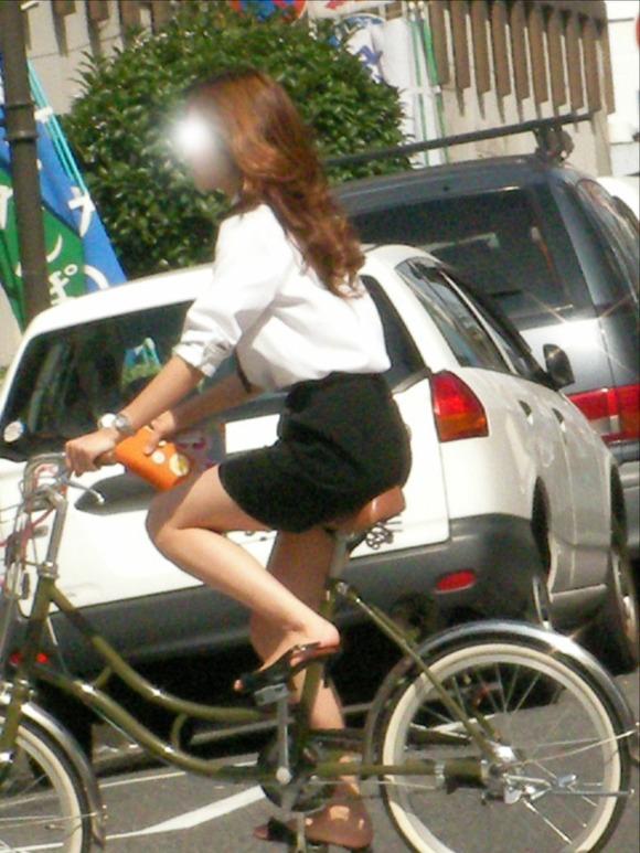 リクスーOLの自転車通勤中のパンモロ盗撮エロ画像9枚目
