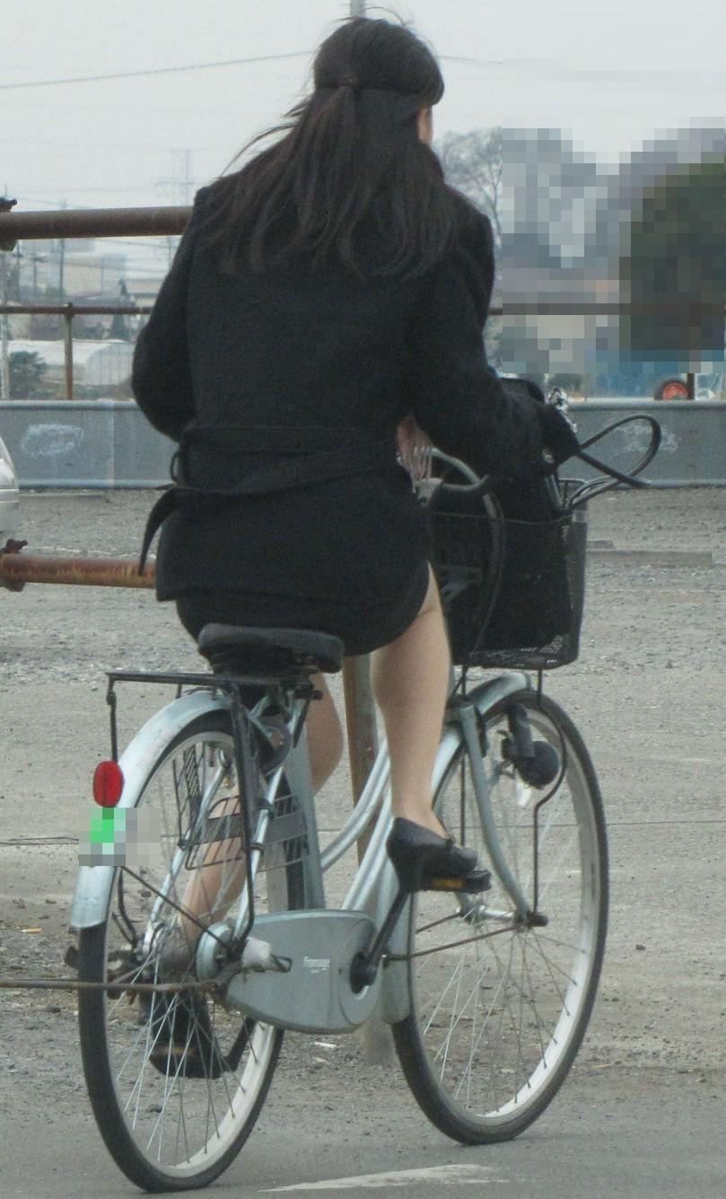 リクスーOLの自転車通勤中のパンモロ盗撮エロ画像10枚目