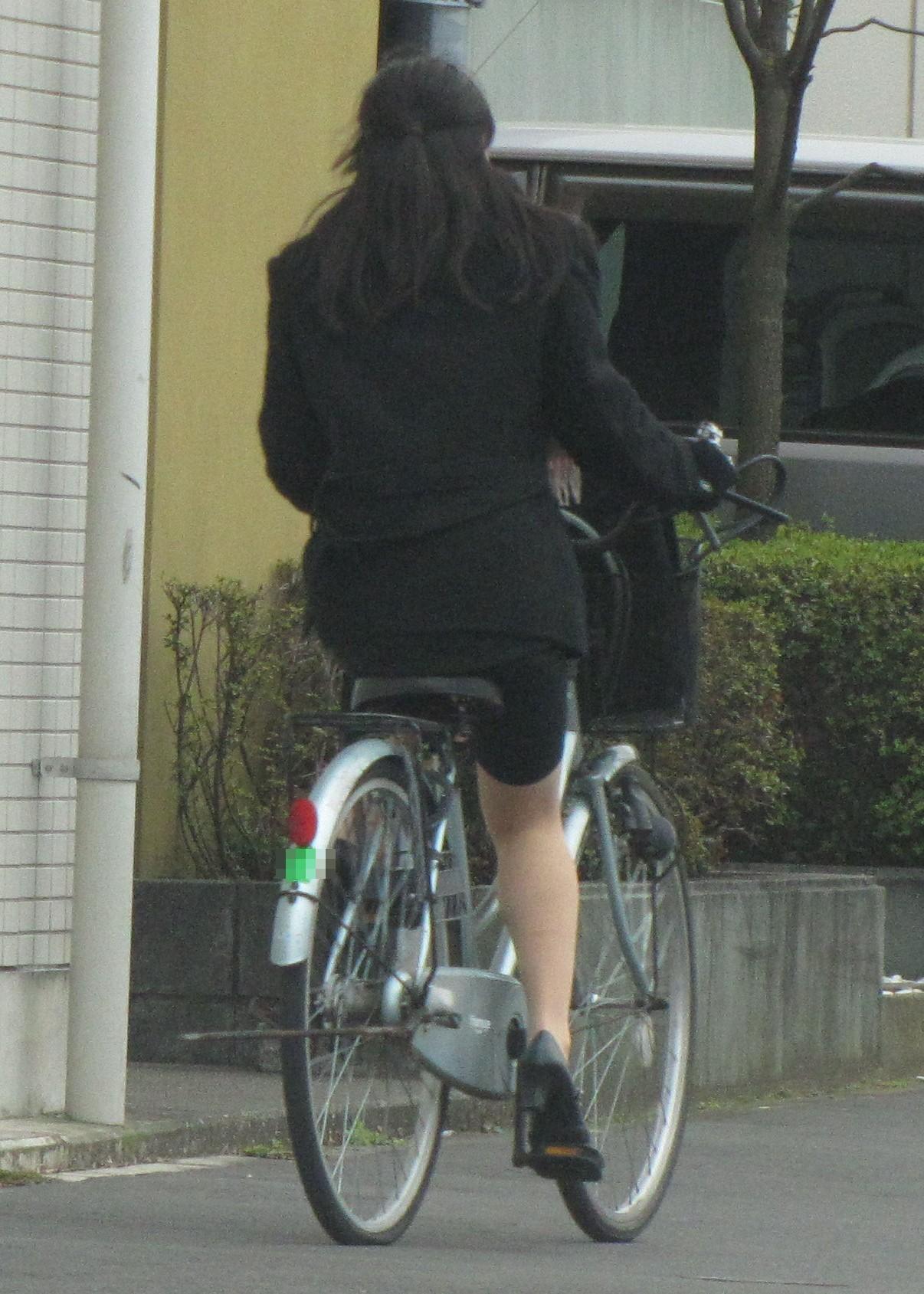 リクスーOLの自転車通勤中のパンモロ盗撮エロ画像11枚目