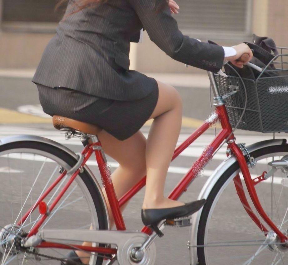 リクスーOLの自転車通勤中のパンモロ盗撮エロ画像13枚目
