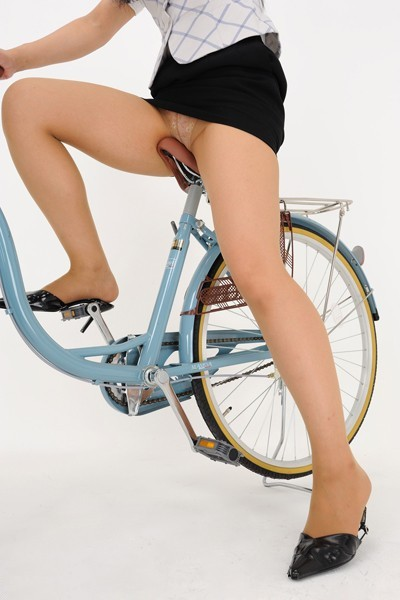 リクスーOLの自転車通勤中のパンモロ盗撮エロ画像15枚目