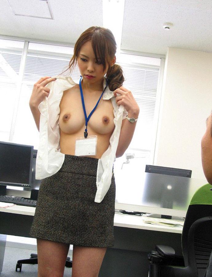 後輩OLが会社内でセックスを強要されるエロ画像1枚目