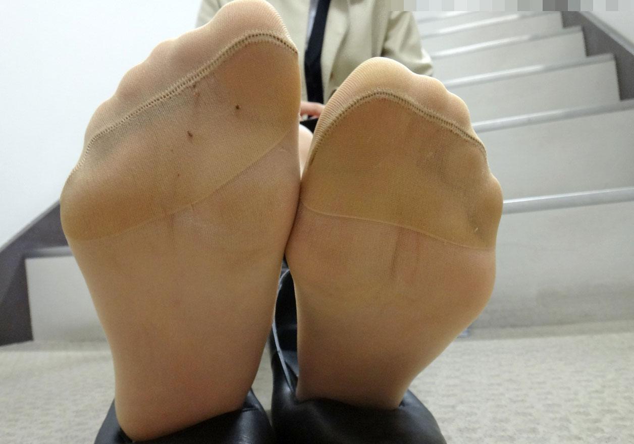 OLが営業で歩き疲れた蒸れパンスト足裏エロ画像3枚目