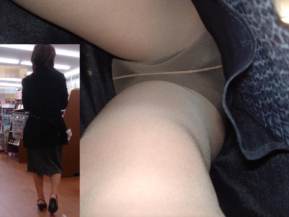 タイトスカート透けパンスト逆さ撮りOLエロ画像2枚目