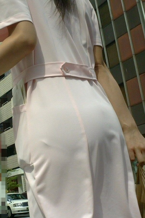 白衣ナースの透けパンティーライン街撮りエロ画像1枚目