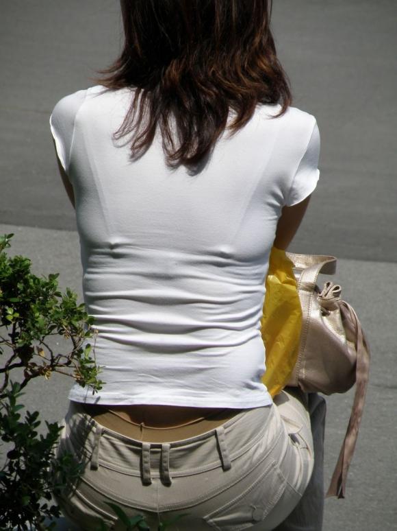 OLのニット越しに透けブラジャーの街撮り盗撮エロ画像4枚目