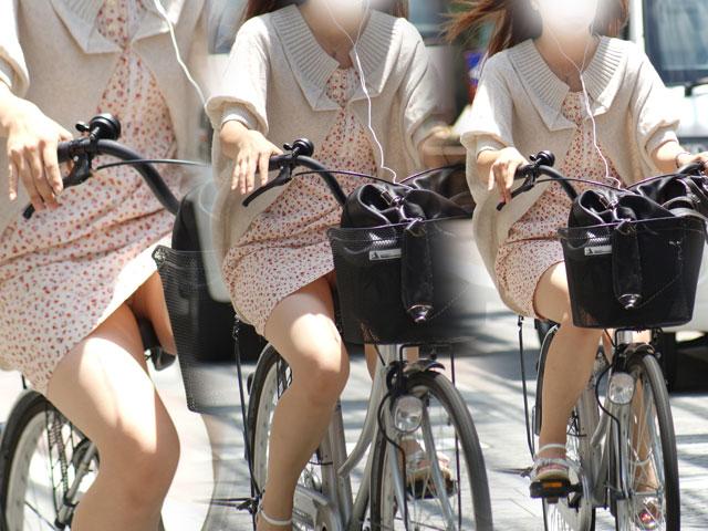 出勤を急ぐ自転車素人OLの三角パンチラ盗撮画像1枚目