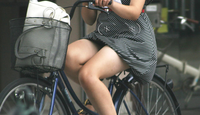 出勤を急ぐ自転車素人OLの三角パンチラ盗撮画像8枚目