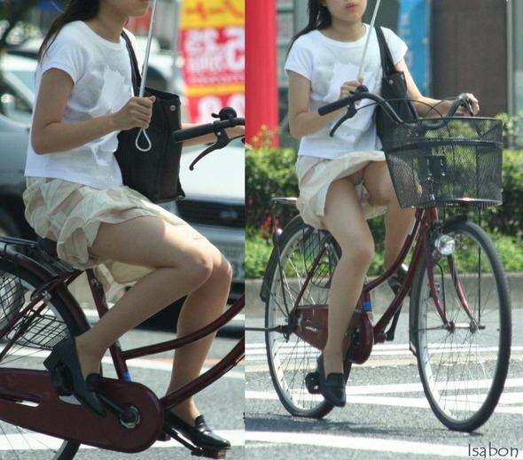 出勤を急ぐ自転車素人OLの三角パンチラ盗撮画像10枚目