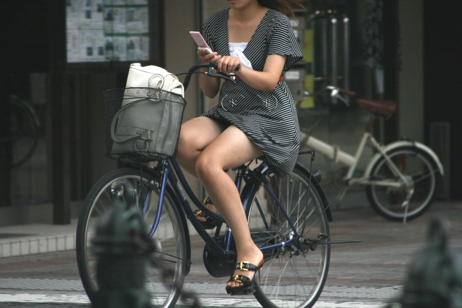 出勤を急ぐ自転車素人OLの三角パンチラ盗撮画像11枚目