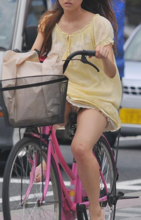 出勤を急ぐ自転車素人OLの三角パンチラ盗撮画像14枚目