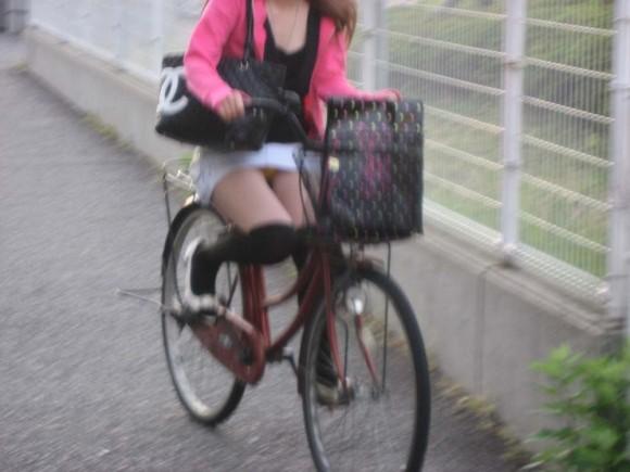 出勤を急ぐ自転車素人OLの三角パンチラ盗撮画像15枚目
