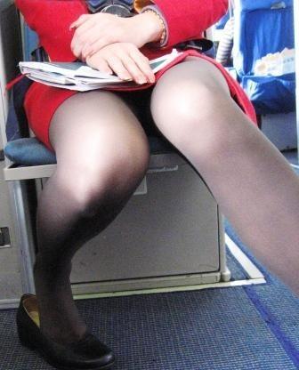 素人CAのタイトスカート三角パンチラ盗撮エロ画像6枚目