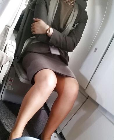 素人CAのタイトスカート三角パンチラ盗撮エロ画像8枚目