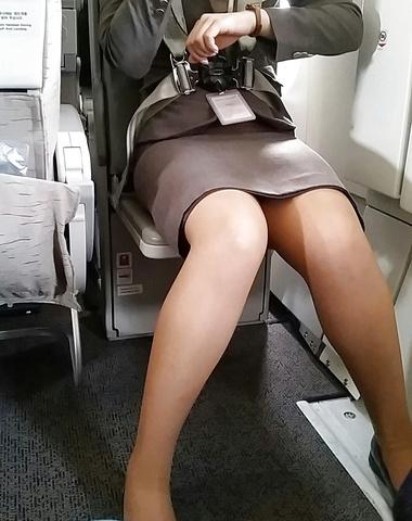 素人CAのタイトスカート三角パンチラ盗撮エロ画像9枚目