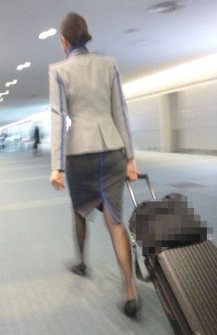 素人CAのタイトスカート三角パンチラ盗撮エロ画像12枚目