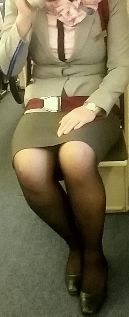 素人CAのタイトスカート三角パンチラ盗撮エロ画像13枚目