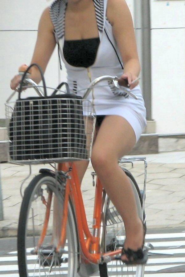 OLのタイトスカート自転車三角パンチラ盗撮エロ画像3枚目