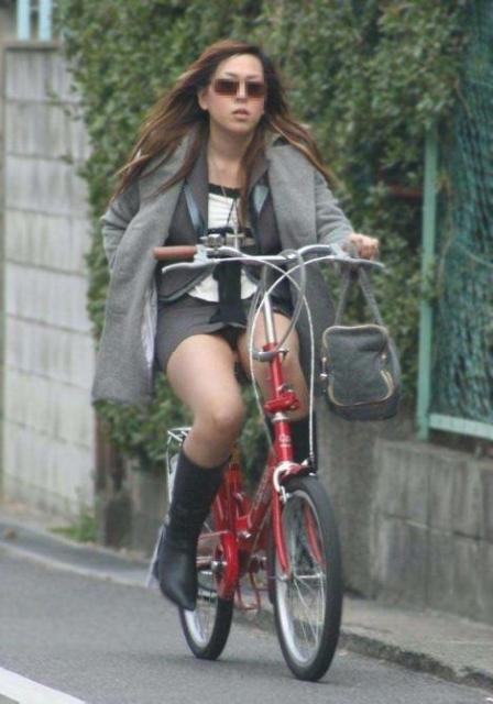 OLのタイトスカート自転車三角パンチラ盗撮エロ画像6枚目