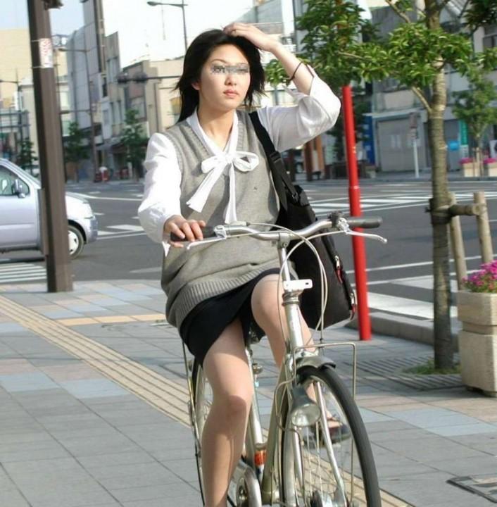 OLのタイトスカート自転車三角パンチラ盗撮エロ画像7枚目